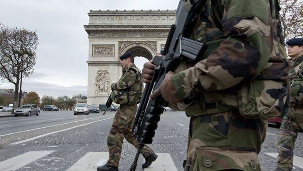 Francuska vojska pored Trijumfalne kapije u Parizu, posle terorističkog napada - Sputnik Srbija