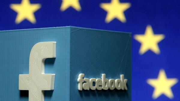 Лого Фејсбука испред заставе ЕУ - Sputnik Србија