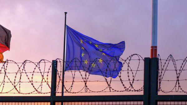 Zastava Evropske unije pored bodljikave žice - Sputnik Srbija
