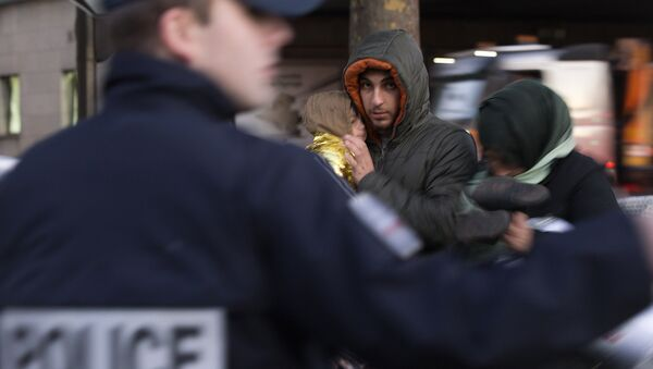 Francuska policija sa migrantima - Sputnik Srbija