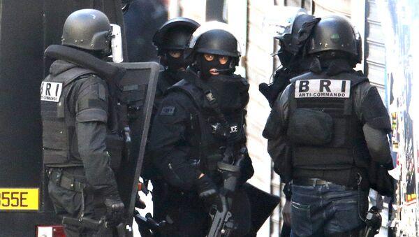 Pripadnici francuskih specijalnih policijskih snaga za istraživanja i interventne brigade tokom operacije u San Deniju, predgrađu  Pariza - Sputnik Srbija