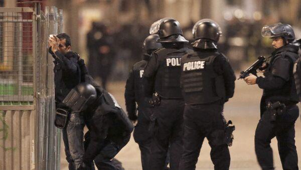 Pripadnici francuskih specijalnih policijskih snaga  tokom operacije u San Deniju, predgrađu Pariza - Sputnik Srbija