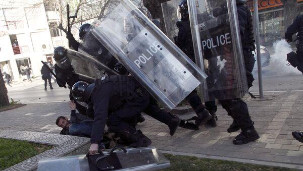 Kosovska policija je savladala jednog od opozicionih demonstranata  tokom sukoba u Prištini - Sputnik Srbija