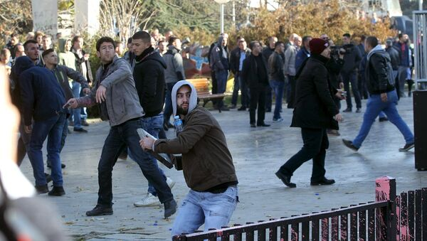 Присталица опозиционих странака на Косову баца камен ка полицији на демонстрацијама у Приштини - Sputnik Србија