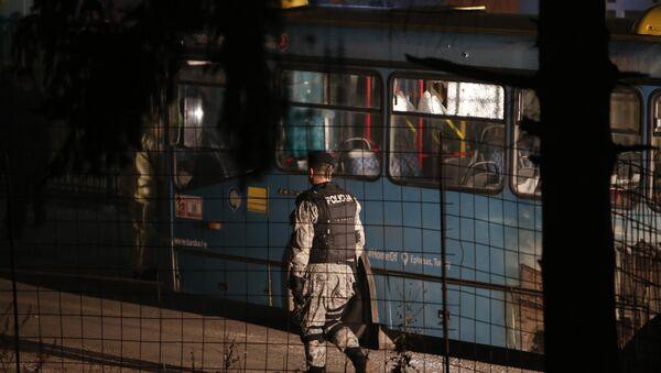 Босански полицајац обезбеђује простор где је наоружани мушкарац убио војнике, у сарајевском насељу Рајловац, БиХ, - Sputnik Србија