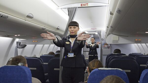 Stjuardesa u avionu sa putnicima - Sputnik Srbija