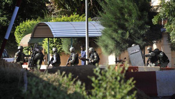 Vojska Malija ispred hotela Radison blu u gradu Bamako - Sputnik Srbija