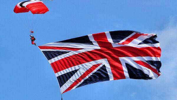 Padobranac sa zakačenom zastavom Velike Britanije - Sputnik Srbija