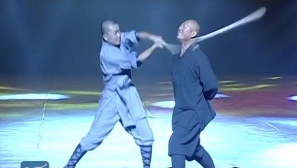 Shaolin Iron Skill Kung Fu: Monk breaks stick with neck - Sputnik Србија