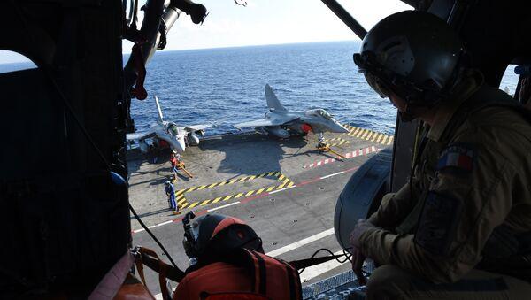 Француски морнарички техничари раде на палуби на носачу авиона Шарл де Гол, у Средоземном мору, 21. новембра 2015. - Sputnik Србија