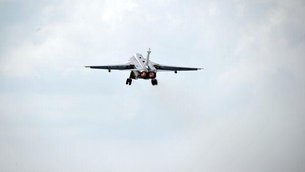 Ruski bombarder Su-30 koji je poleteo iz baze Hmejm u Siriji - Sputnik Srbija