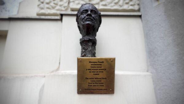 Bista Milorada Pavića ispred ulaza zgrade u ulici Braći Baruh - Sputnik Srbija