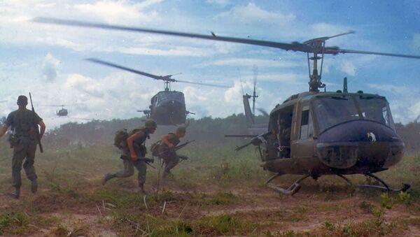 Vojska SAD ispred UH-1D  helikoptera  u Vijatnamskom ratu - Sputnik Srbija