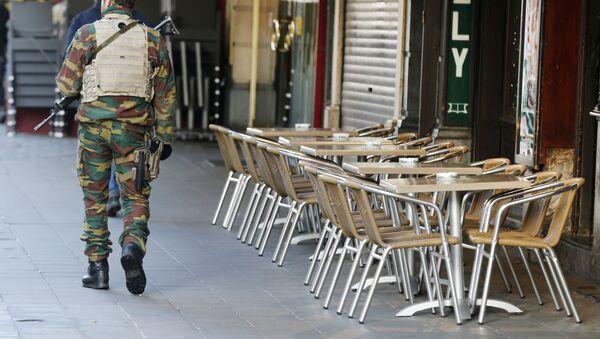 Belgijski vojnik ispred praznog kafića u Briselu - Sputnik Srbija