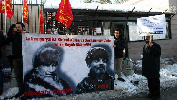 Присталице левичарске партије у турској, са транспарентом на коме су Мустафа Кемал Ататурк и Владимир Лењин - Sputnik Србија