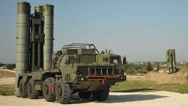 Зенитно-ракетный комплекс С-400 во время заступления на боевое дежурство на российской авиабазе Хмеймим в Сирии - Sputnik Србија
