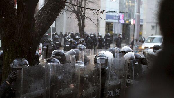 Kordon policije na protestu  u Prištini - Sputnik Srbija