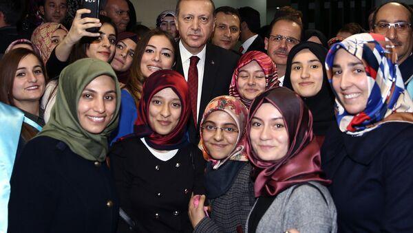 Турски председник Реџеп Тајип Ердоган са студенткињама универзитета у Бајбурту - Sputnik Србија