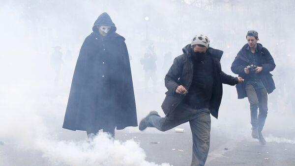 Policija u Parizu rasteruje demonstrante - Sputnik Srbija