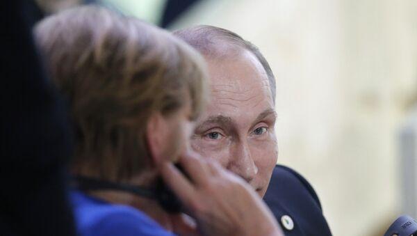 Председник Владимир Путин и канцлерка Немачке Ангела Меркел у Паризу - Sputnik Србија