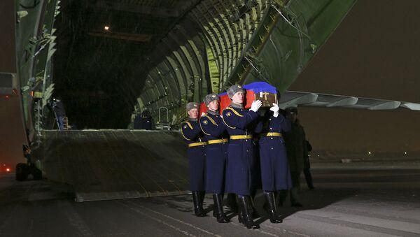 Iznešenje kovčega sa telom poginulog pilota Olega Peškova - Sputnik Srbija