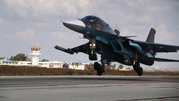 Российский истребитель-бомбардировщик Су-34 на авиабазе Хмеймим в Сирии - Sputnik Србија