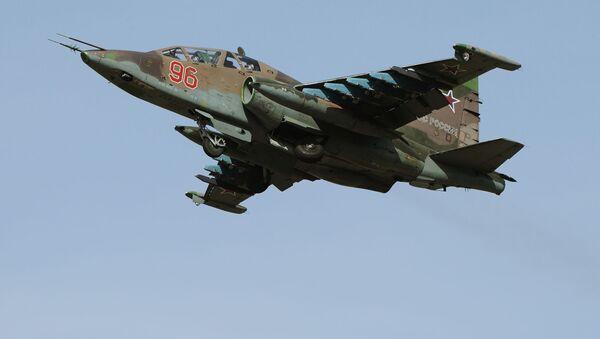 Samoletы Su-25SM vo vremя repeticii pilotažnыh grupp parada Pobedы v Moskve - Sputnik Srbija