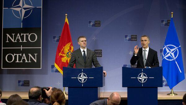 Генерални секретар НАТО-а Јенс Столтенберг и министар спољних послова Црне Горе Игор Лукшић - Sputnik Србија
