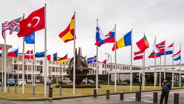 Zastave NATO zamalja ispred sedišta u Briselu - Sputnik Srbija