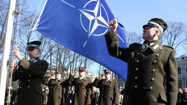 Letonski vojnici sa NATO zastavom - Sputnik Srbija