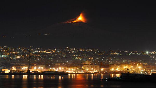 Ерупција Етне снимљена с мора у близини Катаније - Sputnik Србија