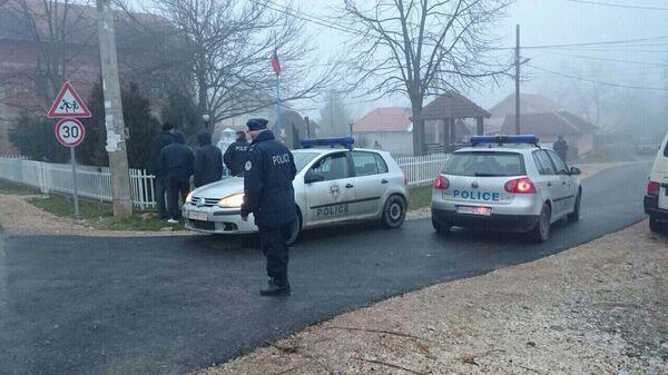 У Гораждевцу је данас пуцано на неколико кућа, возила и споменик - Sputnik Србија