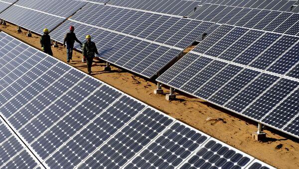 Radnici proveravaju solarne ploče u Julinu na severozapadu Kine - Sputnik Srbija