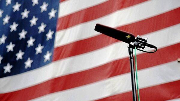 Говорница испред америчке заставе - Sputnik Србија
