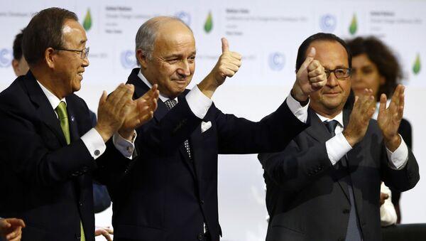 Generalni sekretar Ujedinjenih nacija Ban Ki Mun, ministar spoljnih poslova Francuske Loran Fabijus i francuski predsednik Fransoa Oland aplaudiraju nakon usvajanja sporazuma o ograničavanju globalnog zagrevanja - Sputnik Srbija