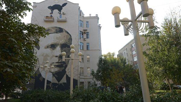 Portret Mihaila Bulgakova  na zgradi u Moskvi - Sputnik Srbija