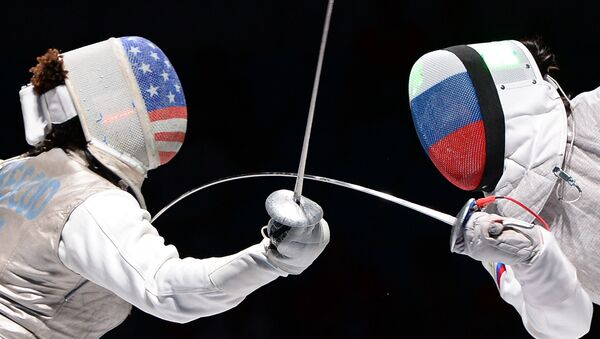 Nzinga Preskod iz SAD i Ruskinja Aida Šanajeva tokom polufinala u ženskoj kategoriji na Svetskom prvenstvu u mačevanju u Moskvi. - Sputnik Srbija