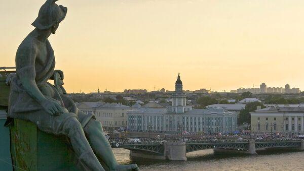 Поглед на први руски музеј Кунтскамеру са позиције Ермитажа - Sputnik Србија