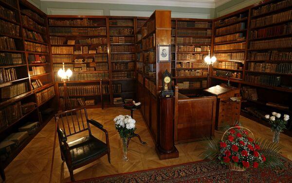 Библиотека Пушкина и кауч на ком је умро у Националном музеју А. С. Пушкина у Санкт-Петербург. - Sputnik Србија