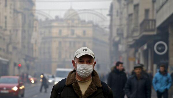 Čovek sa maskom šeta po centru Sarajeva - Sputnik Srbija