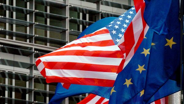 SAD i evropske zastave lebde ispred sedišta Evropske komisije u Briselu  - Sputnik Srbija