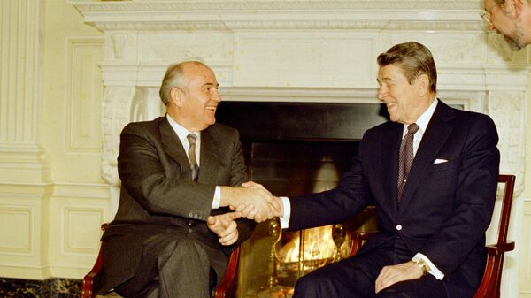 Совјетски лидер Михаил Горбачов и председник САД Роналд Реган - Sputnik Србија