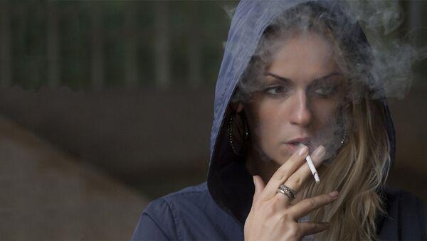Žena sa cigaretom - Sputnik Srbija