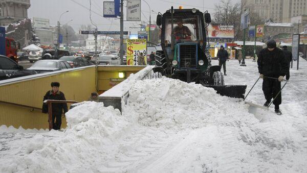 Mašinerija rasklanja sneg u Moskvi - Sputnik Srbija