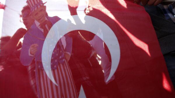 Чланови Удружења младих Турске направили америчког председника Барака Обаму као Ујка Сема и сликалаи га кроз турску заставу - Sputnik Србија