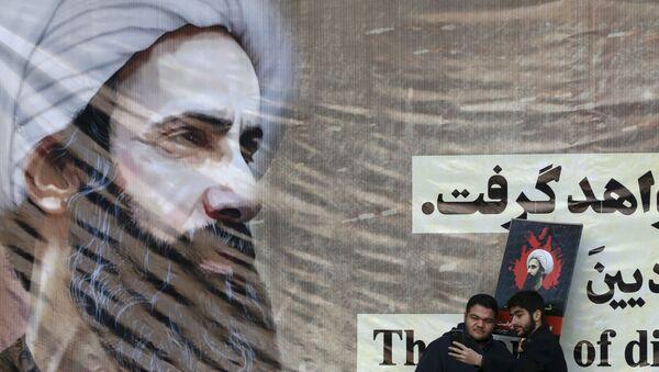 Иранци позирају за селфи испред великог постера погубљеног саудијског шиитског свештенике Нимра ел Нимра - Sputnik Србија