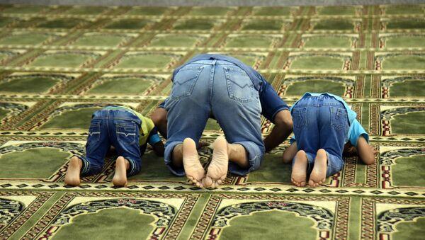 Муслимани на молитви - Sputnik Србија