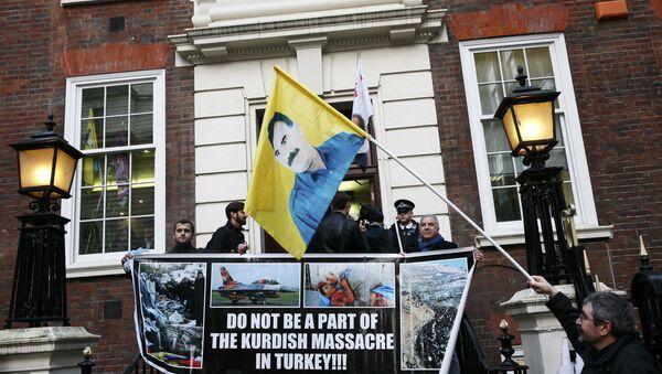 Kurdi protestvuju u Londonu ispred zgrade stranke premijera Kameruna - Sputnik Srbija