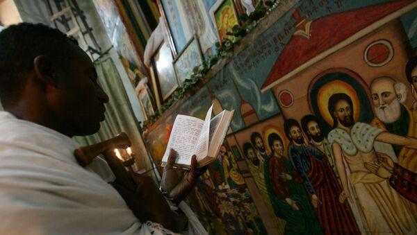 Etiopski sveštenik čita molitvu u Etiopskoj pravoslavnoj crkvi u glavnom gradu Adis Abebi - Sputnik Srbija