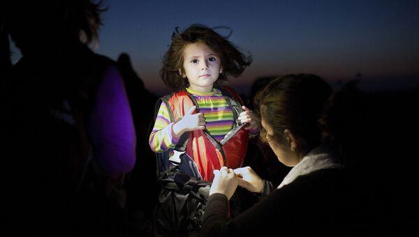 Dete skida prsluk nakon prelaska mora i iskrcavanja na ostrvu Kos - Sputnik Srbija